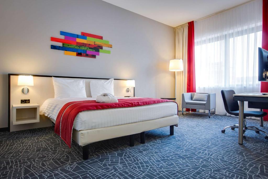 Een bed of bedden in een kamer bij Park Inn by Radisson Amsterdam Airport Schiphol