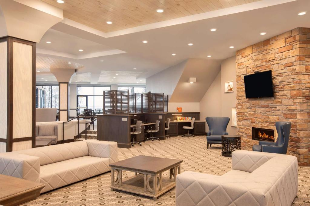 The lounge or bar area at Country Inn & Suites by Radisson, Bemidji, MN