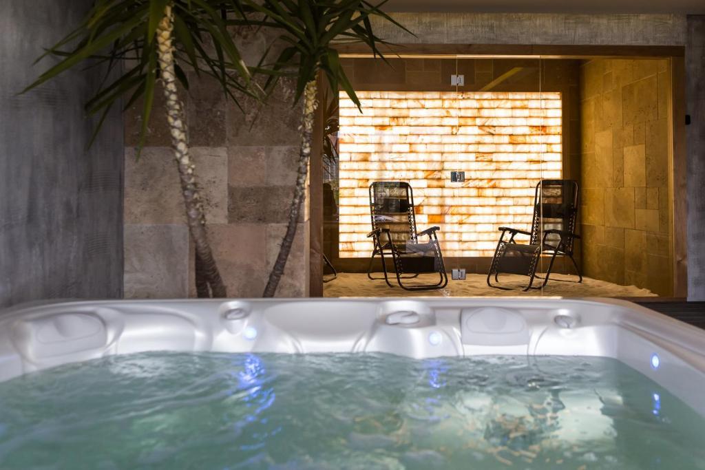 בריכת השחייה שנמצאת ב-Hotel Subcarpati או באזור