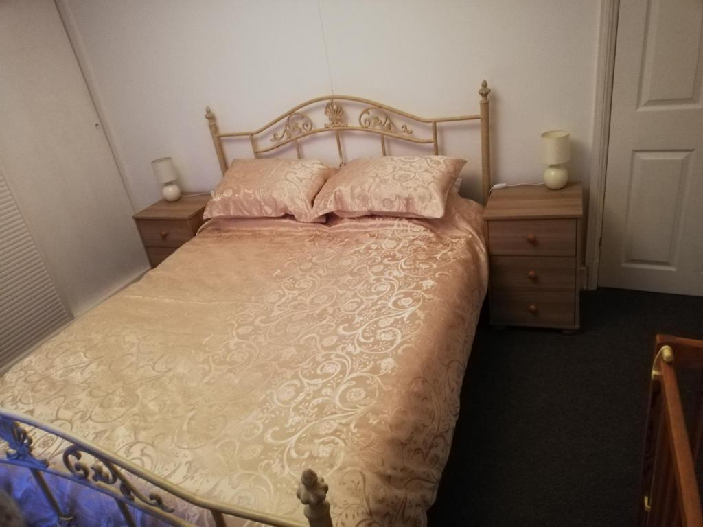 A bed or beds in a room at River Nene Cottage