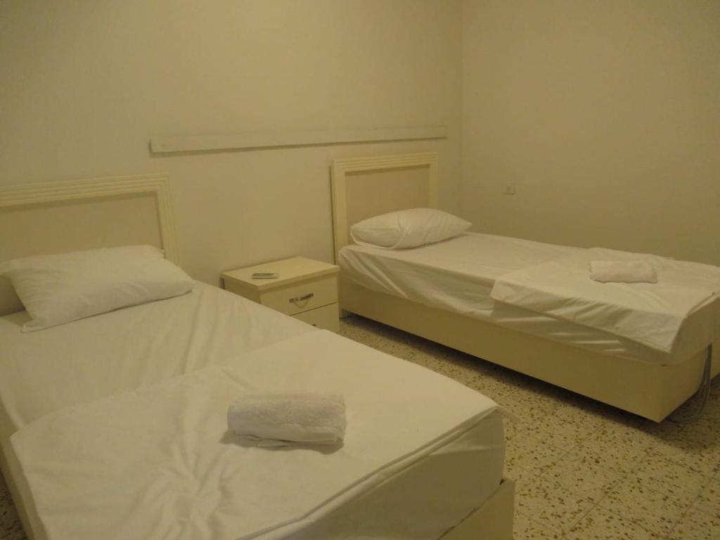 מיטה או מיטות בחדר ב-חתם סופר 10