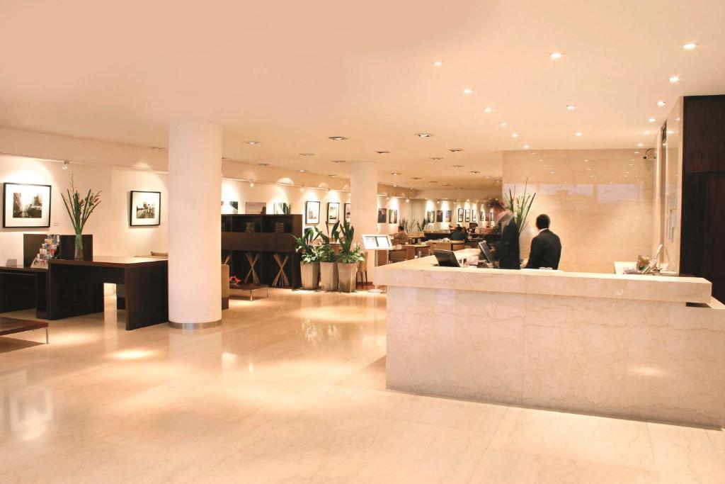 El lobby o recepción de Dazzler by Wyndham Buenos Aires San Martin