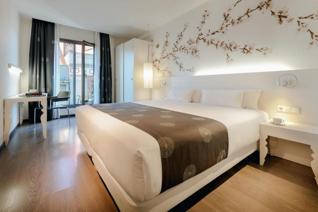 A bed or beds in a room at Hesperia Barcelona Ramblas