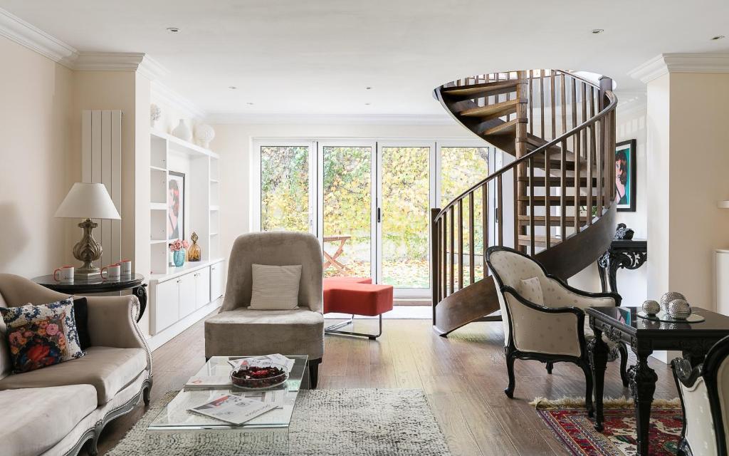 A seating area at PickThePlace Kensington Gardens Villa