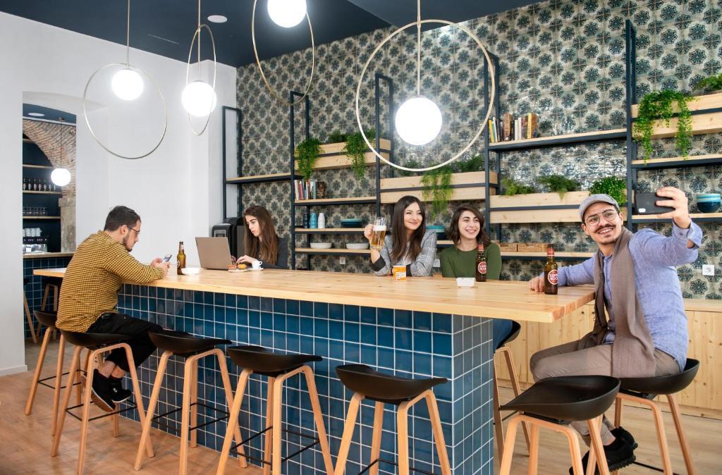 The lounge or bar area at Rodamon Lisboa Hostel