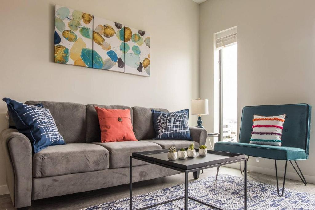 A seating area at Lovely and Bright Studio Apt in Capitol View South