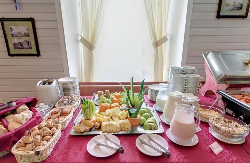 Breakfast options available to guests at Leningradskoye Vremya