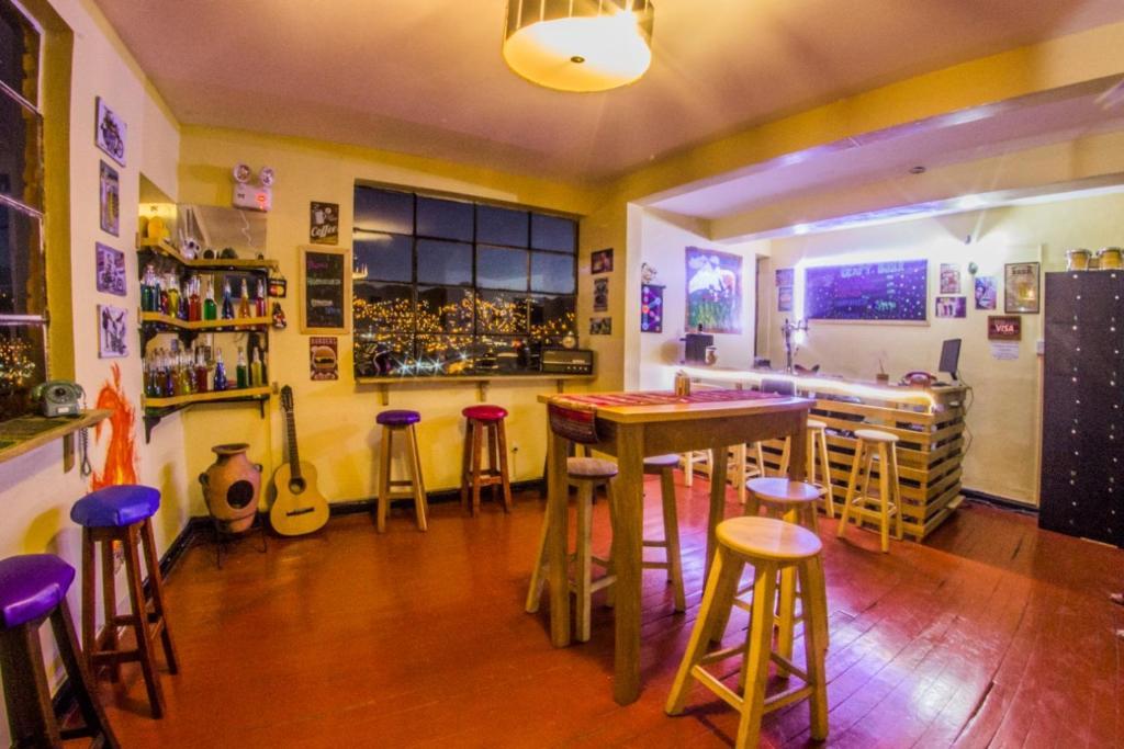 El salón o zona de bar de Antis Hostel Cusco