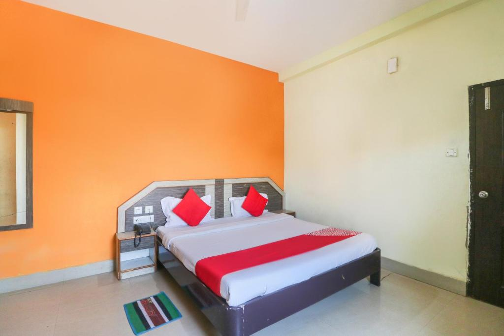 A bed or beds in a room at OYO 67548 Hotel Chancy