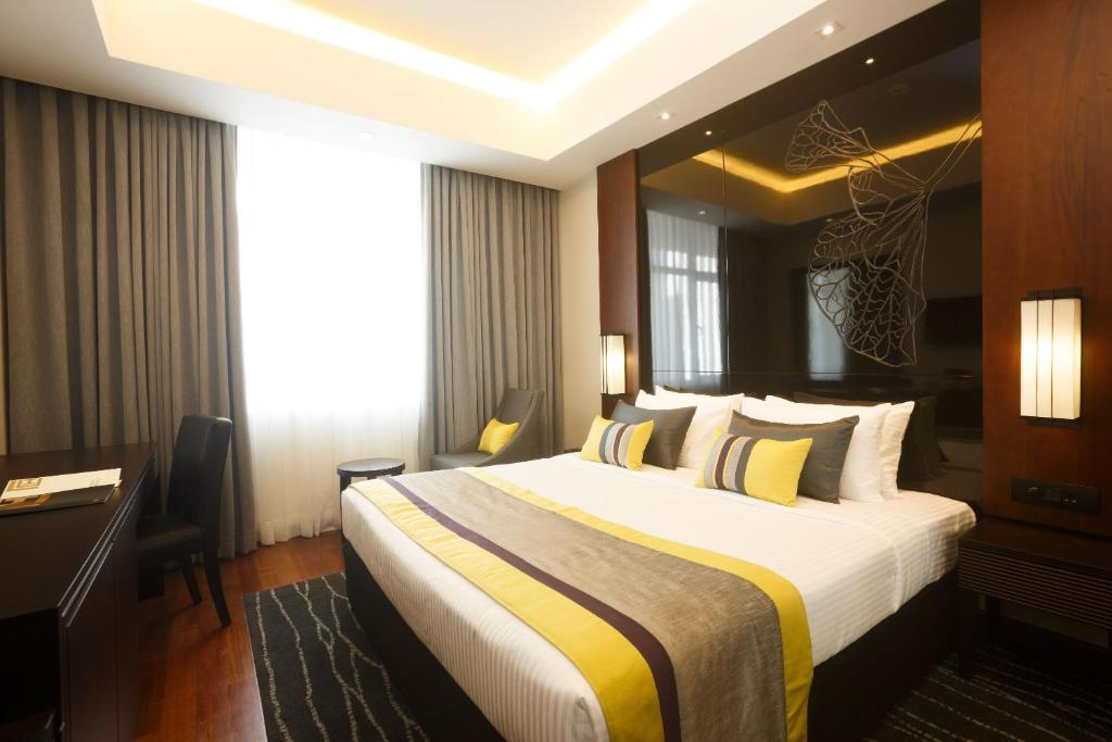 A bed or beds in a room at Hotel VRS Plaza