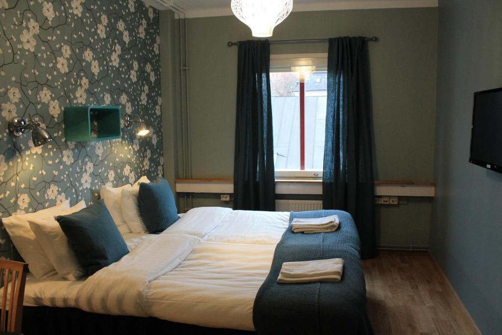 Кровать или кровати в номере Uppsala CityStay Hotel