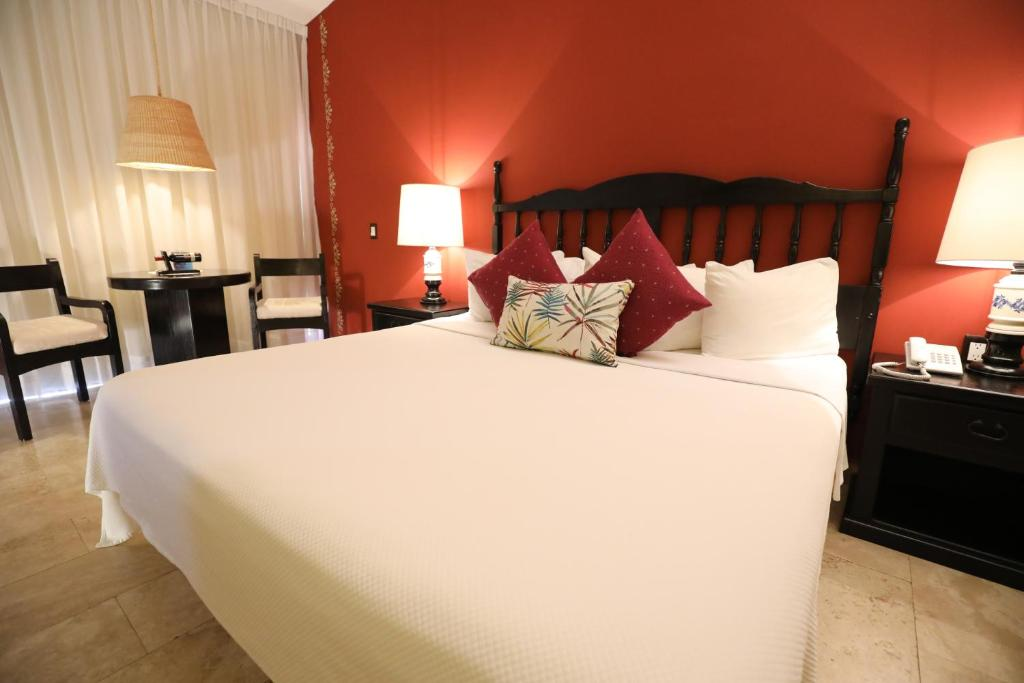 A bed or beds in a room at Hotel Montetaxco