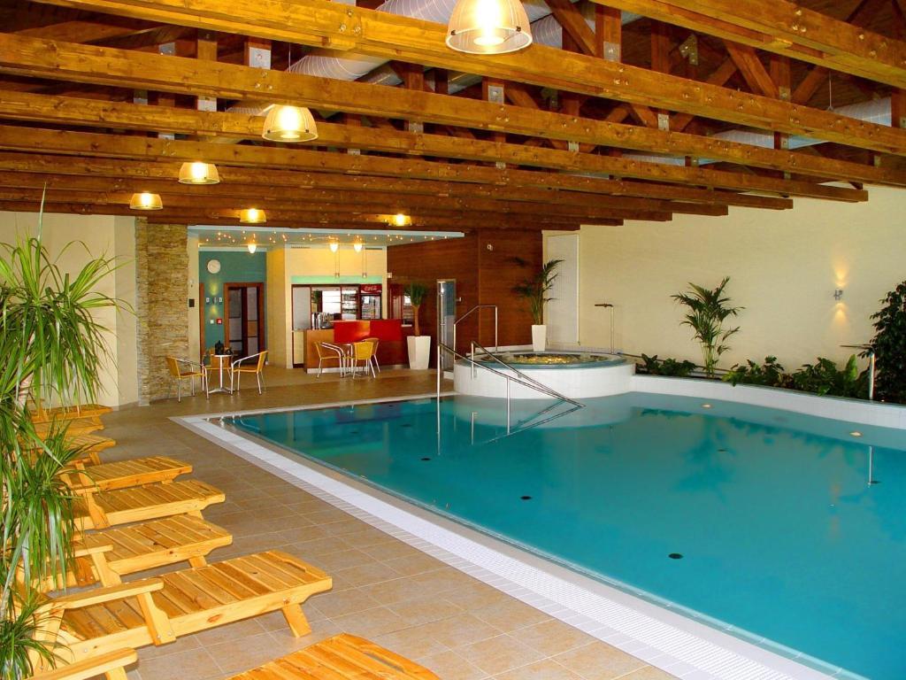 Bazén v ubytování Wellness Hotel Happy Star nebo v jeho okolí