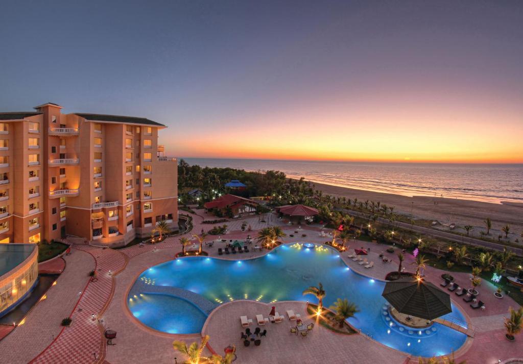 Vista sulla piscina di Royal Tulip Sea Pearl Beach Resort & Spa Cox's Bazar o su una piscina nei dintorni
