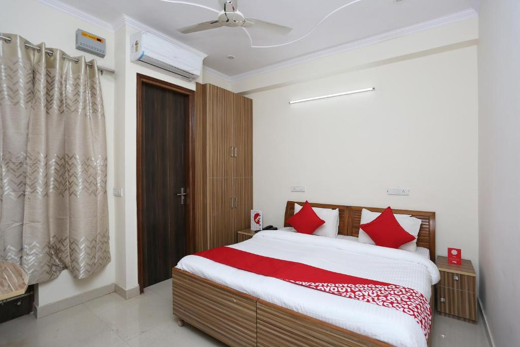 A bed or beds in a room at OYO 13115 Star Guest House