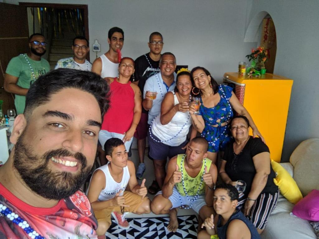A family staying at Apartamento 2/4 Para Carnaval