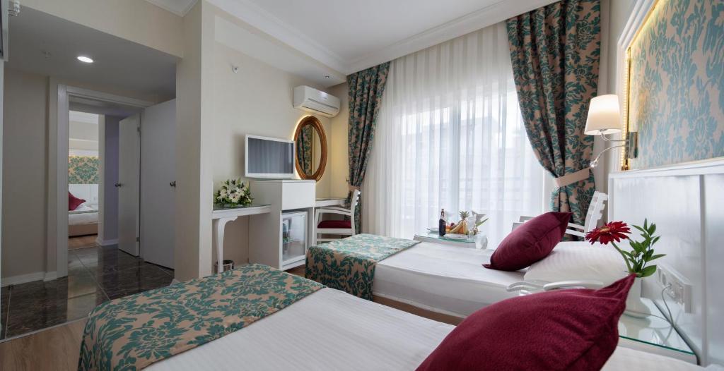 Кровать или кровати в номере Alaiye Kleopatra Hotel