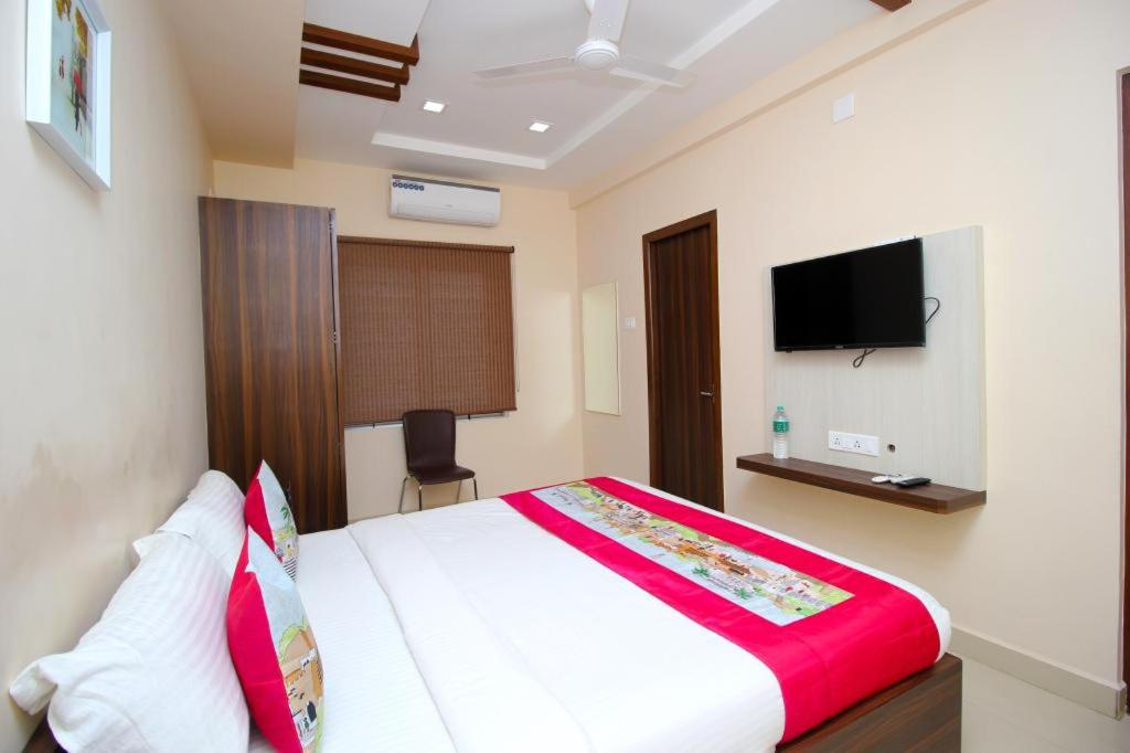 A bed or beds in a room at Rentostay Hotel Rooms T Nagar Chennai