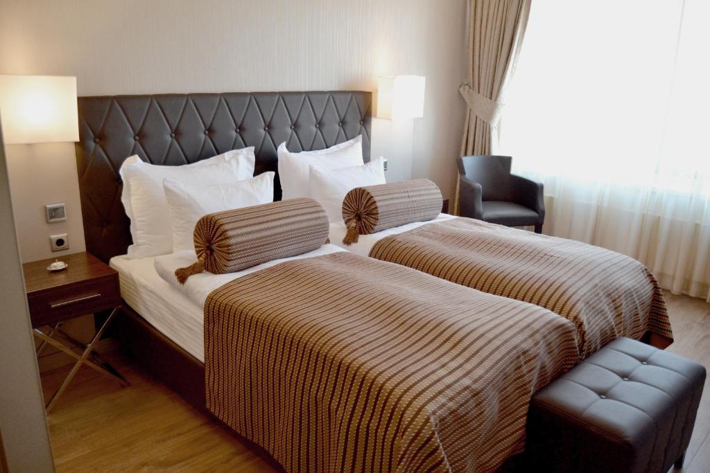 Ein Bett oder Betten in einem Zimmer der Unterkunft Hotel Vier Jahreszeiten Berlin City