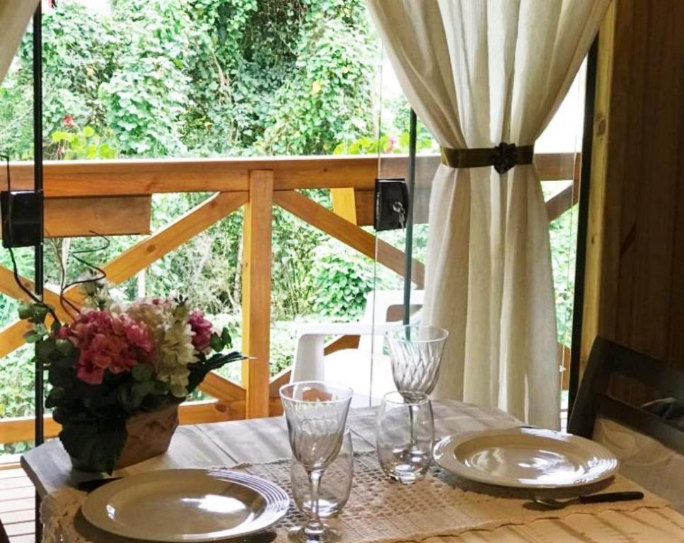A restaurant or other place to eat at Chalé Suiço em Bombinhas