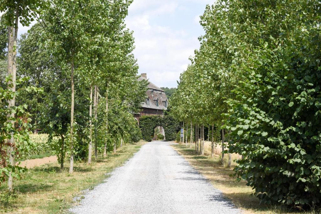 A garden outside B&B La Ferme de l'Hosté