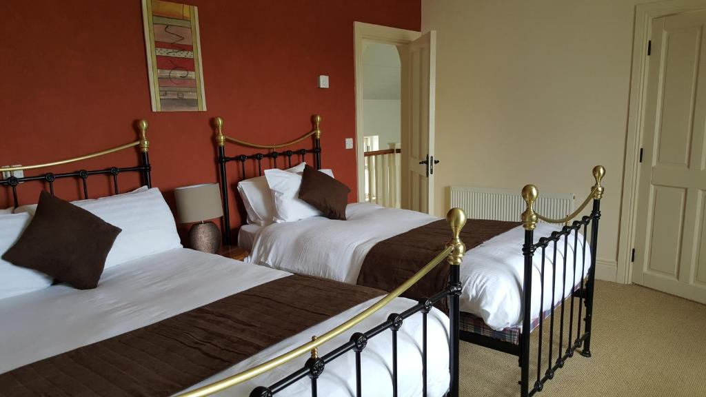 A bed or beds in a room at Doolin Court