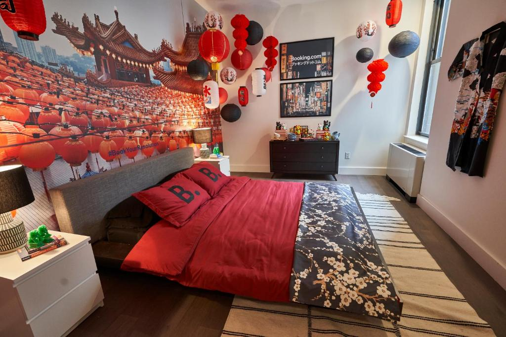 A bed or beds in a room at Resolution Suite: Study Another Culture
