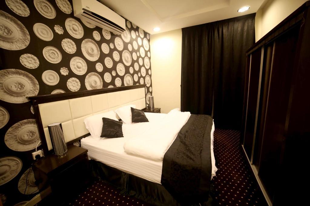 A bed or beds in a room at الغرف الهادئة للوحدات السكنية