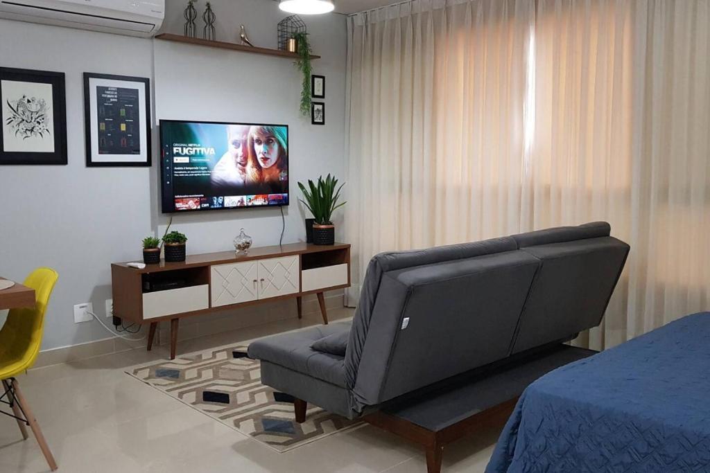 A television and/or entertainment centre at Flat mobiliado perto do Goiania Shopping, DNA, ótimo.