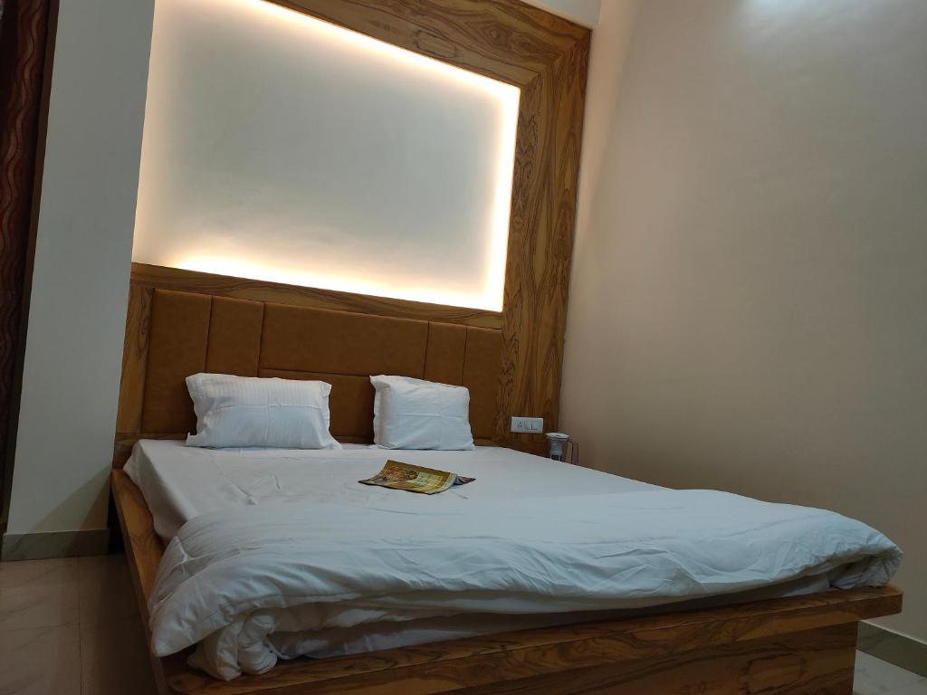 A bed or beds in a room at Grace Paying Guest House Varanasi
