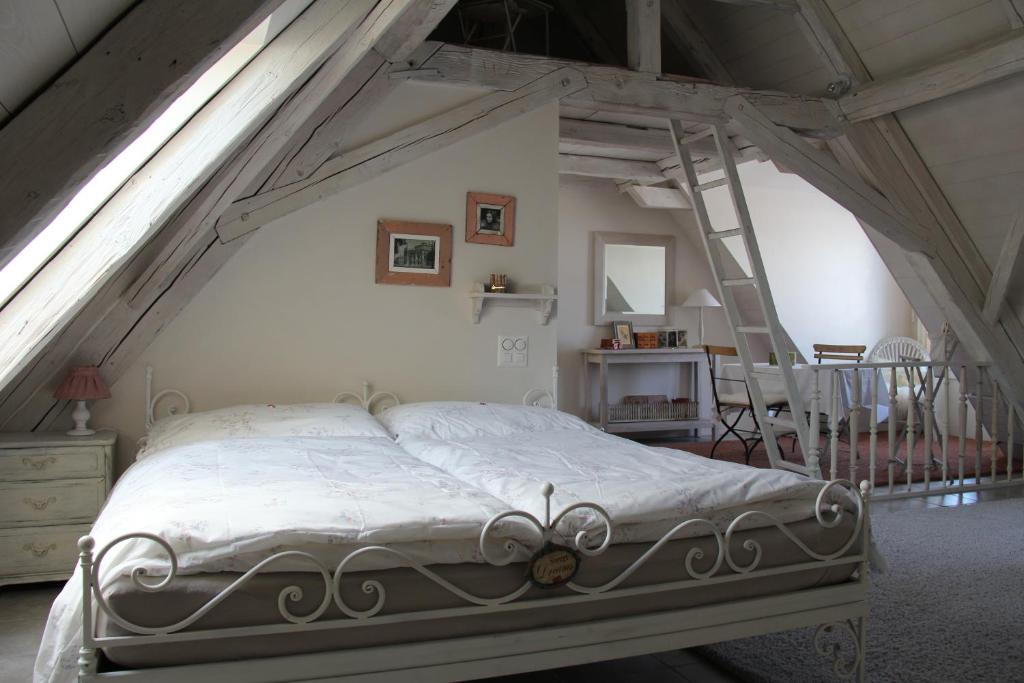 A bed or beds in a room at Bed and Breakfast Gantrisch Cottage Ferienzimmer