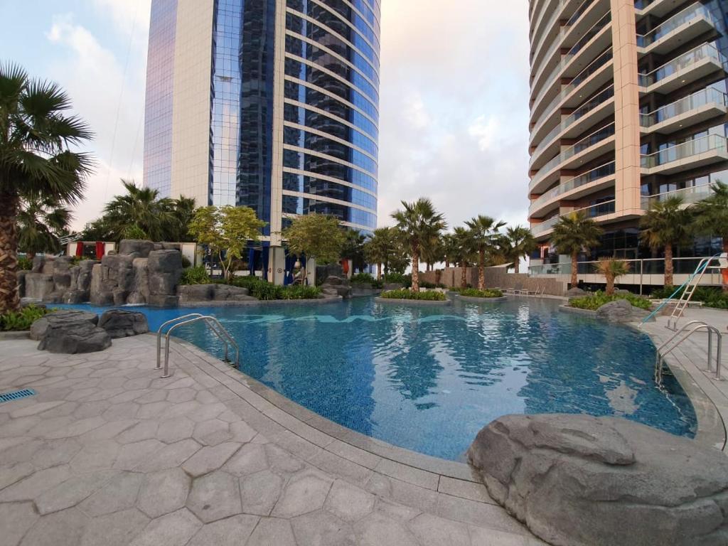 Der Swimmingpool an oder in der Nähe von Damac Royale