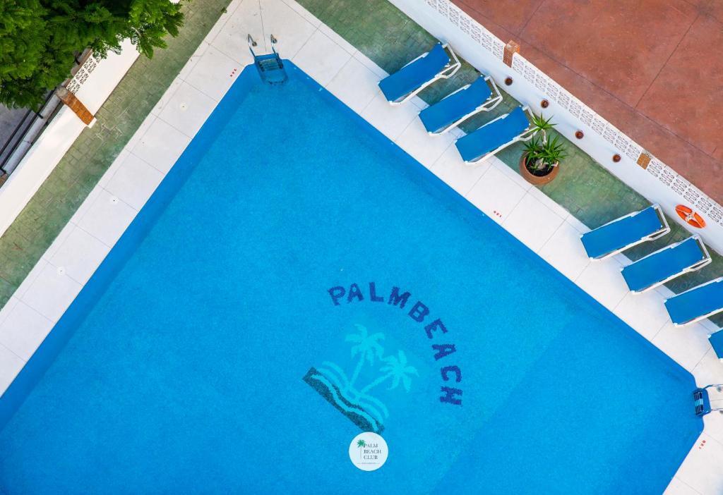 Uitzicht op het zwembad bij Apartamentos Palm Beach Club Carihuela of in de buurt
