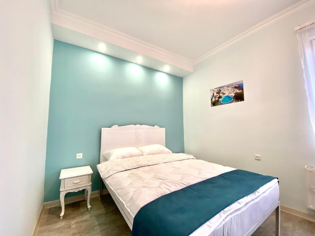 A bed or beds in a room at SANTORINI HOSTEL and TOUR