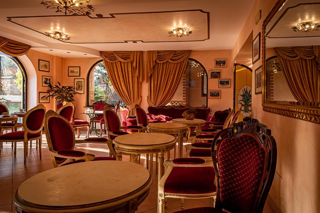 A restaurant or other place to eat at Hotel Louis II