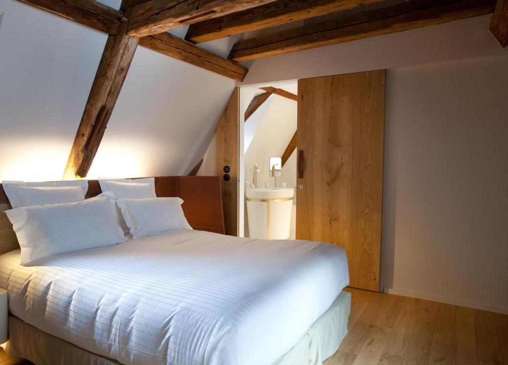 A bed or beds in a room at Hotel Les Haras