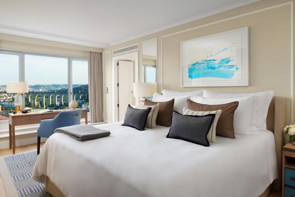 A bed or beds in a room at Corinthia Lisbon