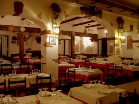 A restaurant or other place to eat at Albergo El Patio