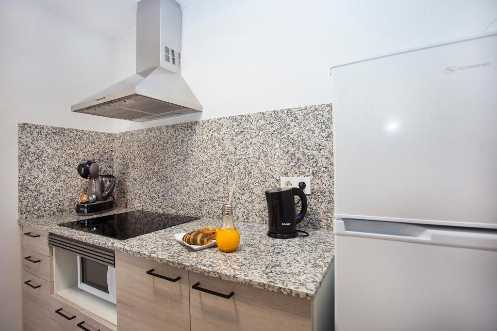A kitchen or kitchenette at Apartamentos Maryciel By Mc
