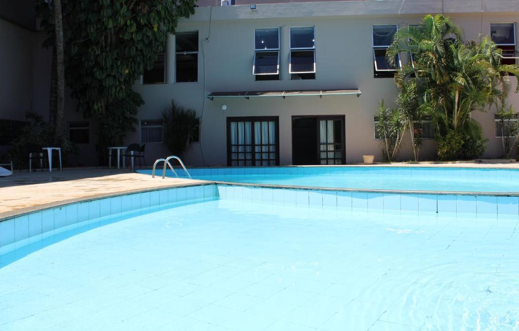 Het zwembad bij of vlak bij Manacá Hotel