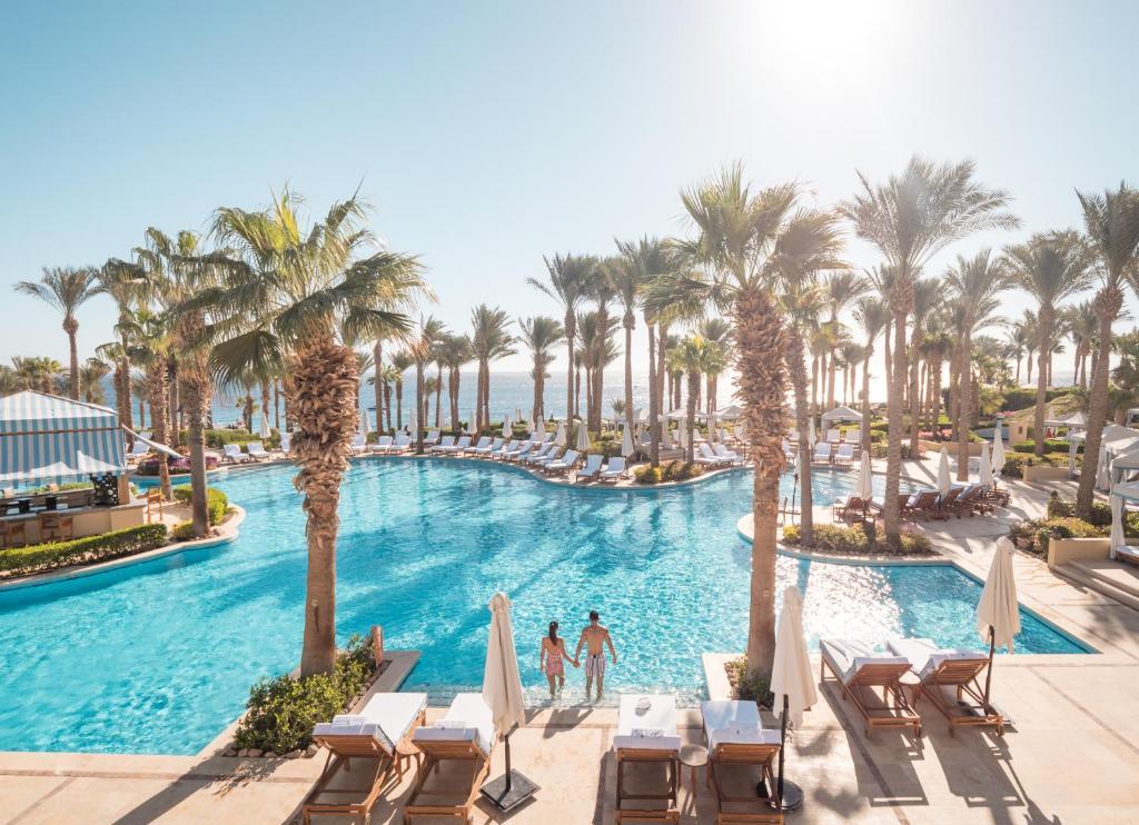 בריכת השחייה שנמצאת ב-Four Seasons Resort Sharm El Sheikh או באזור