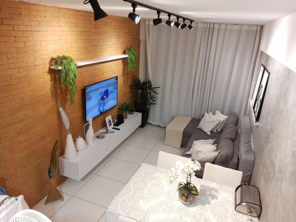 A television and/or entertainment centre at QUARTO/SALA COM VISTA P/ O MAR DE PAJUÇARA