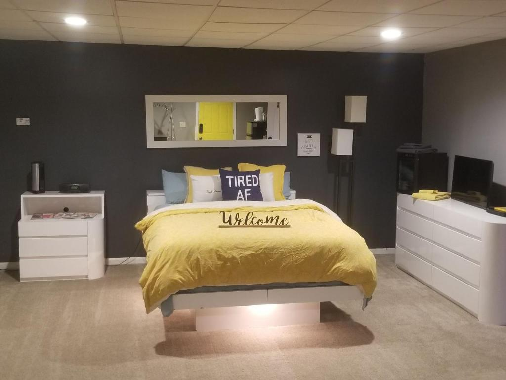 A bed or beds in a room at Beautiful Man Cave