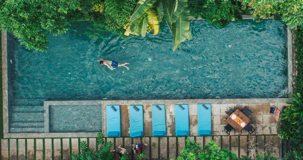 Vue sur la piscine de l'établissement eOcambo Residence ou sur une piscine à proximité