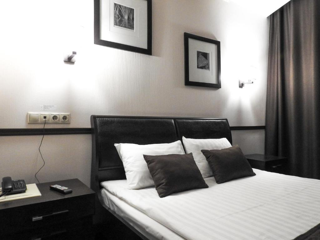 A bed or beds in a room at Eugene Hotel