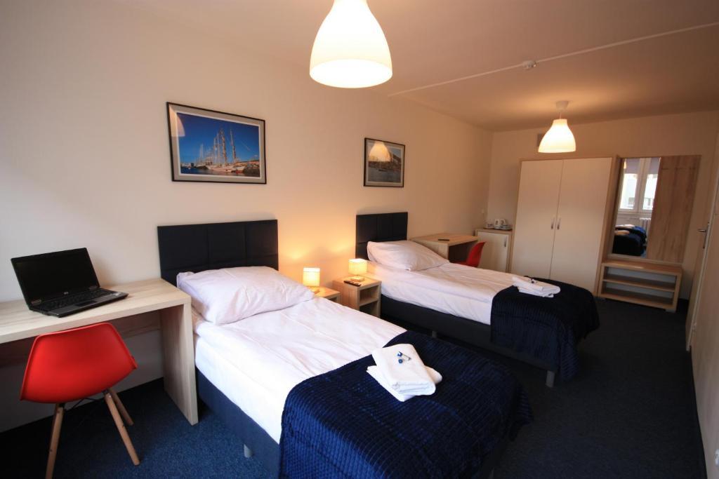 Łóżko lub łóżka w pokoju w obiekcie Studencki Dom Marynarza Pasat