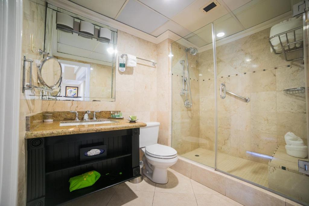 هتل Courtleigh Hotel & Suites