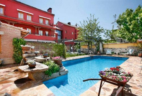 The swimming pool at or close to Hotel Rincon de Traspalacio