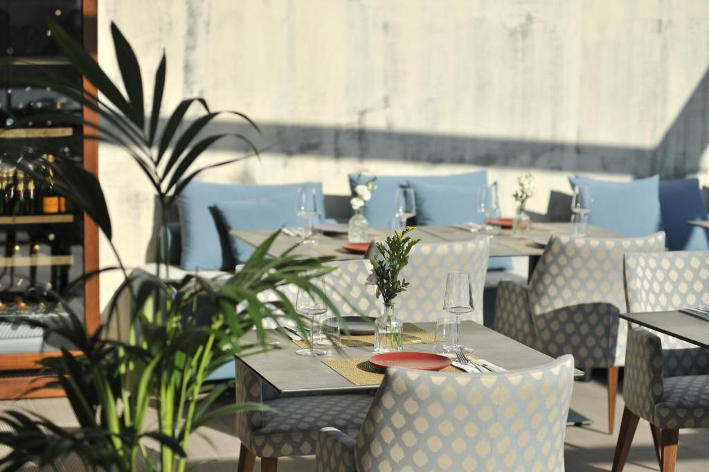 Ein Restaurant oder anderes Speiselokal in der Unterkunft Athenaeum Eridanus Luxury Hotel