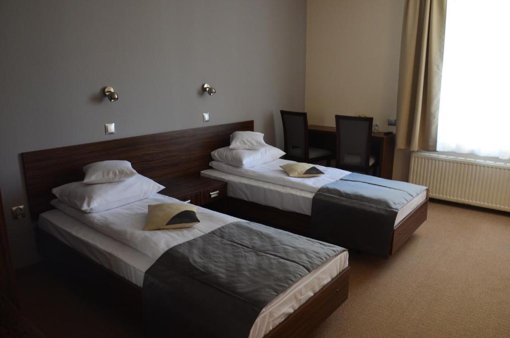 Łóżko lub łóżka w pokoju w obiekcie Hotel u Michalika